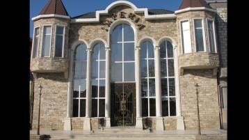 Отделка фасада диким камнем (7022)