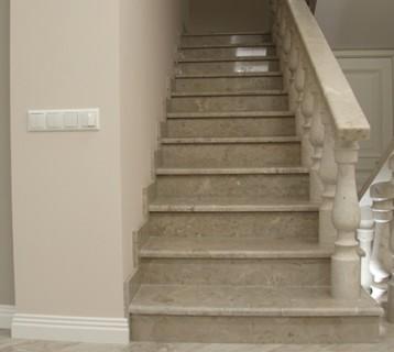 Лестница в интерьере из серого доломита ДОК (0849)