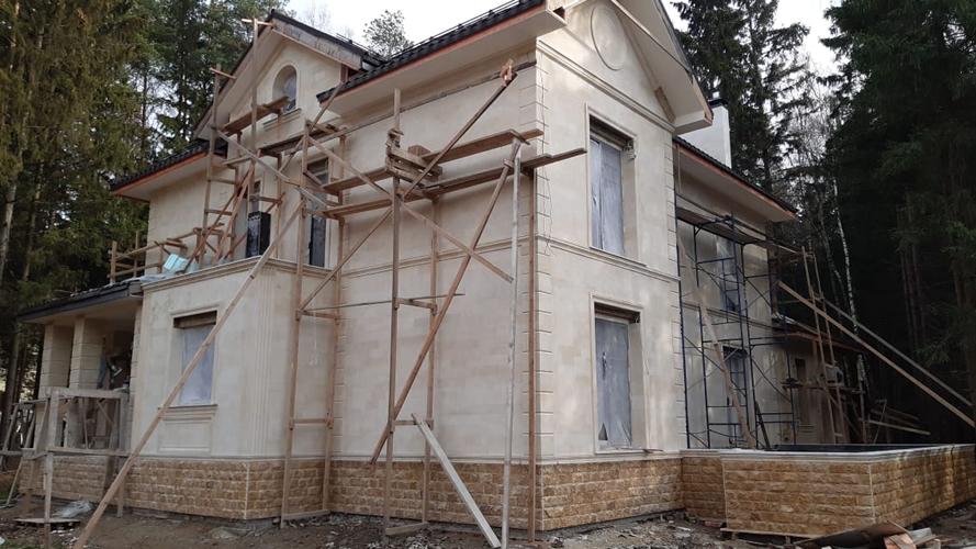 Фасад из бежевато-желтоватого песчаника (1372)