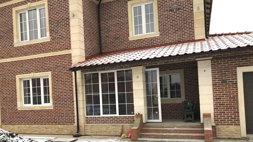 Клинкерный фасад с архитектурой из песчаника (0742)