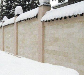 Забор отделан светло-желтым песчаником - плиткой без фаски
