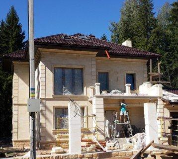 Облицовка фасада на стадии завершения монтажных работ