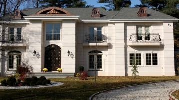 Белый известняк на фасаде дома